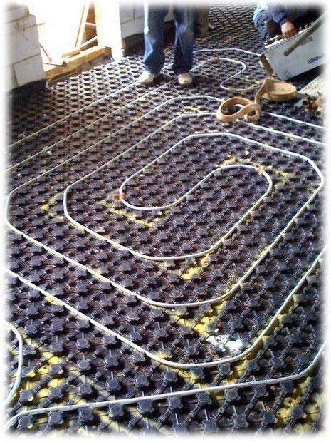 Podlahové vytápění vyžaduje precizní práci zkušených topenářů